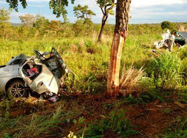 Mãe e filhos morrem após carro colidir com árvore na BR-020; veículo se partiu ao meio