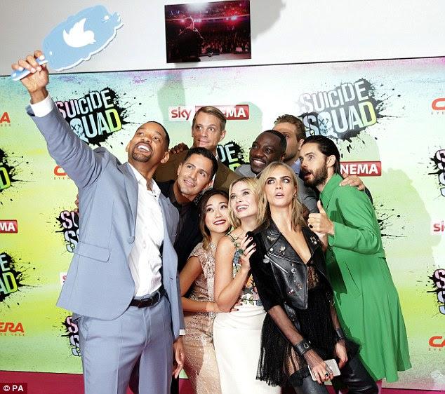 Uma pose: Cara se junta a ela Esquadrão Suicida co-estrelas no tapete vermelho por um grupo selfie