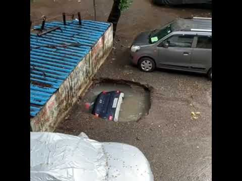 MUMBAI CAR   काही सेकंदात घरासमोर असलेली कार थेट जमिनीमध्ये