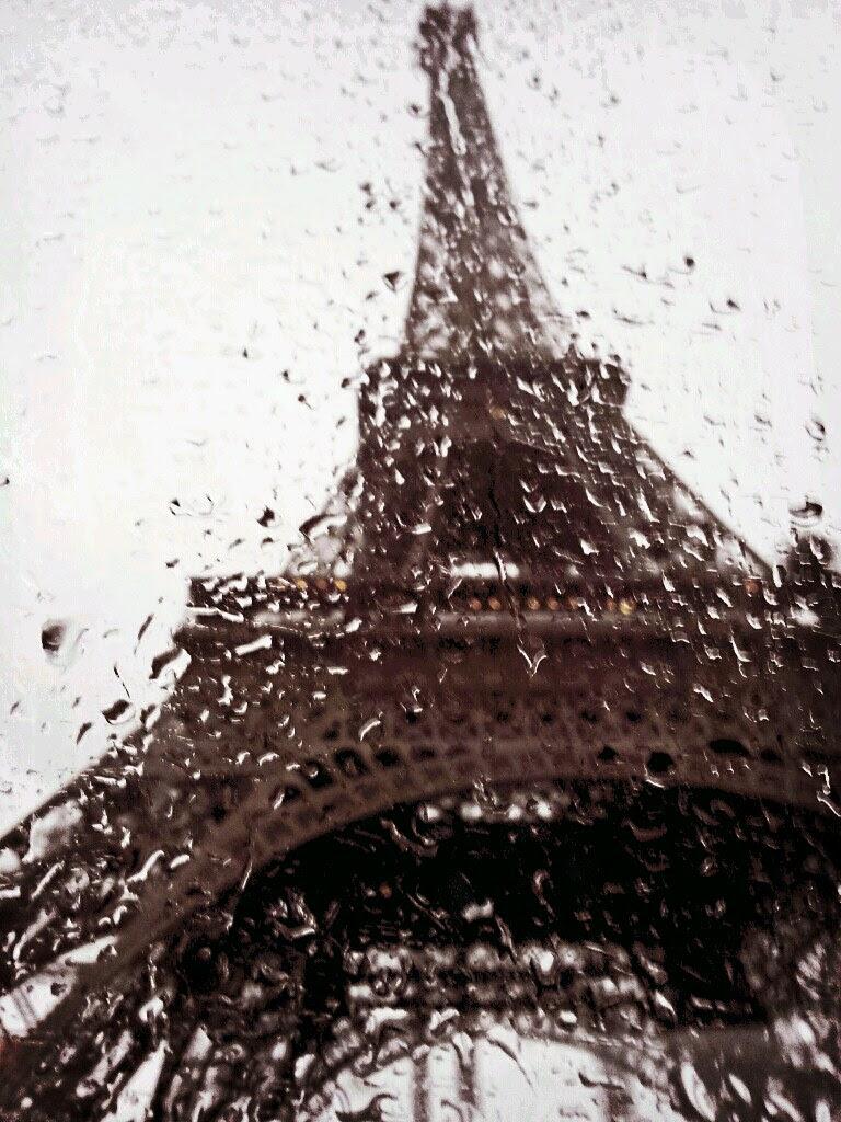 雨中的铁塔