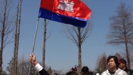 Cambodian workers in Seoul, South Korea greeting Mr. Kem Sokha (Courtesy photo)