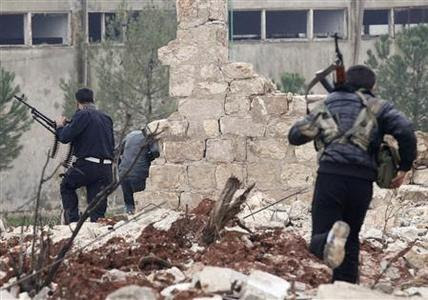 Free Syrian Army fighters run during clashes with forces loyal to Syria's President Bashar al-Assad in Ouwayjah village in Aleppo December 17, 2012. REUTERS-Zain Karam
