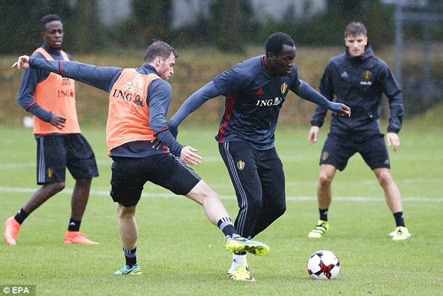 Lukaku looks to get away from Vertonghen in Neerpede during the training session