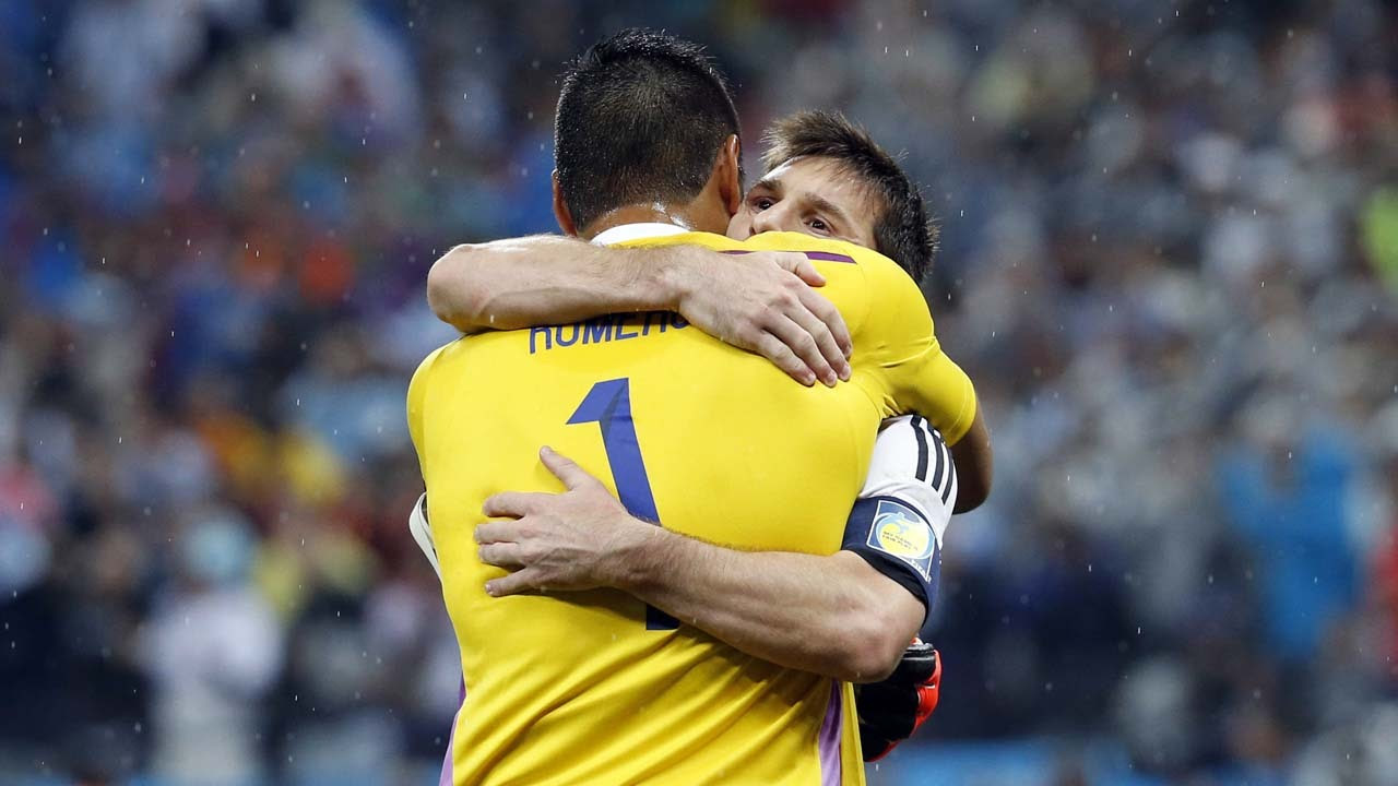 VAMOS. Lionel Messi de Argentina se abraza con el arquero de la selección Sergio Romero luego de la victoria frente a Holanda. (Marcelo Genlote)