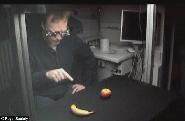 Mr Terho describes the object on the right as 'longer' and 'curving' before guessing it is a banana