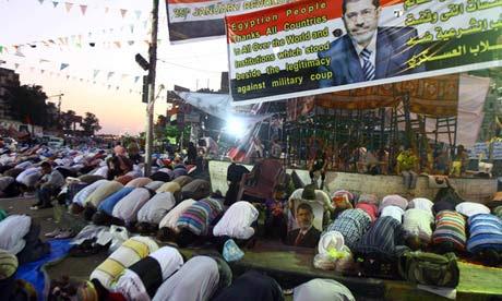 Los miembros de la Hermandad Musulmana oran durante una protesta Cairo en apoyo del presidente derrocado Mohamed Morsi