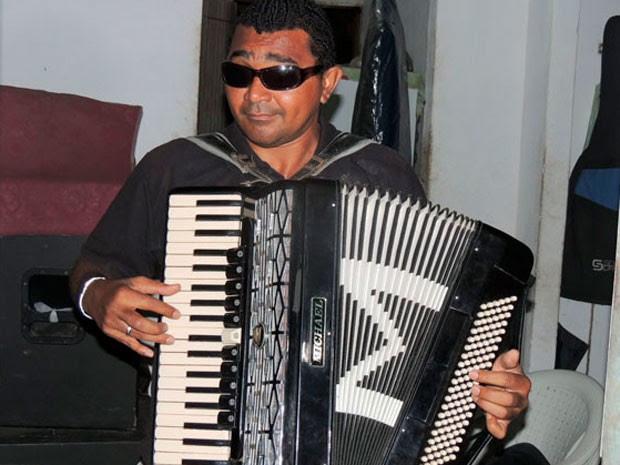 Sanfoneiro, José Ivanaldo da Silva é cego desde os três meses de vida  (Foto: Felipe Gibson/G1)