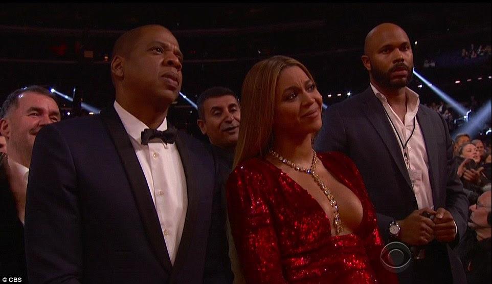 Todas as orelhas: Beyonce e marido Jay Z levantou-se como o cantor se dirigiu à multidão