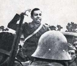 Miguel Hernández arengando a las tropas en el frente sur, en marzo de 1937.
