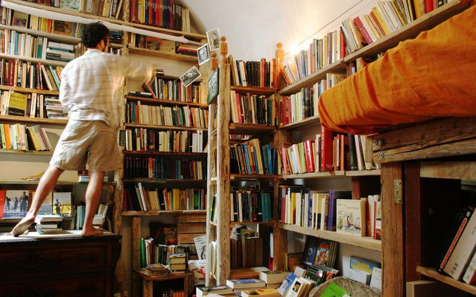 Η αγορά του βιβλίου δοκιμάζεται ιδιαίτερα. Στη φωτογραφία το ωραίο βιβλιοπωλείο «Atlantis» στην Οία της Σαντορίνης.