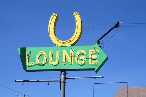 horseshoe lounge neon sign