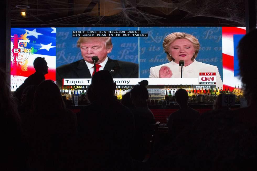 Varias personas ven la retransmisión del debate entre los dos candidatos en un establecimiento de West Hollywood, el 19 de octubre.