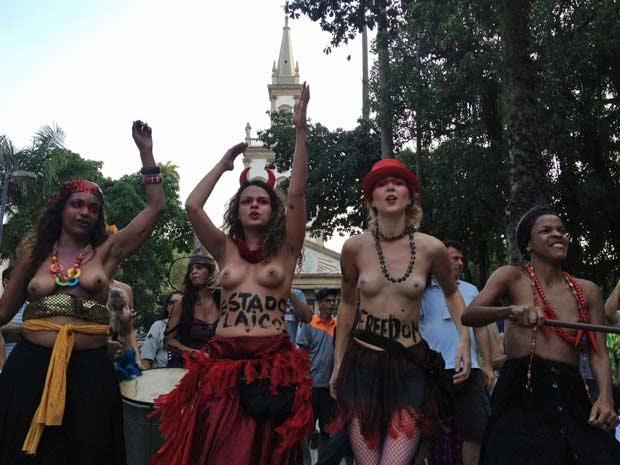 Mulheres fizeram encenção contra a catequização de índios (Foto: Gabriel Barreira/G1)