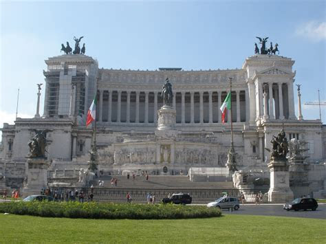 Rome's Wedding Cake Monument   Flashes and Snapshots