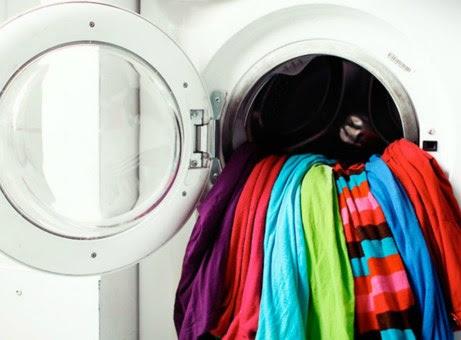 Με αυτό το τρικ μπορείτε να πλύνετε πολύχρωμα ρούχα μαζί.