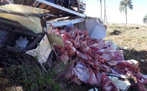 Catanduvas - Motorista perde o controle da direção e tomba caminhão carregado de carne