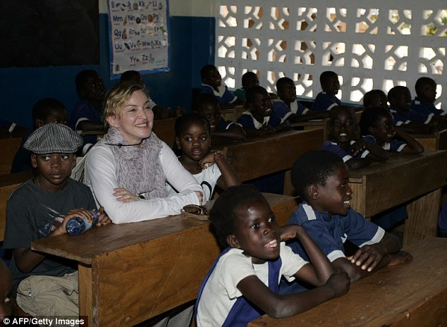 A cantora terá que esperar uma semana antes de ouvir a decisão sobre o seu pedido.  Ela é retratada no Malawi em 2013