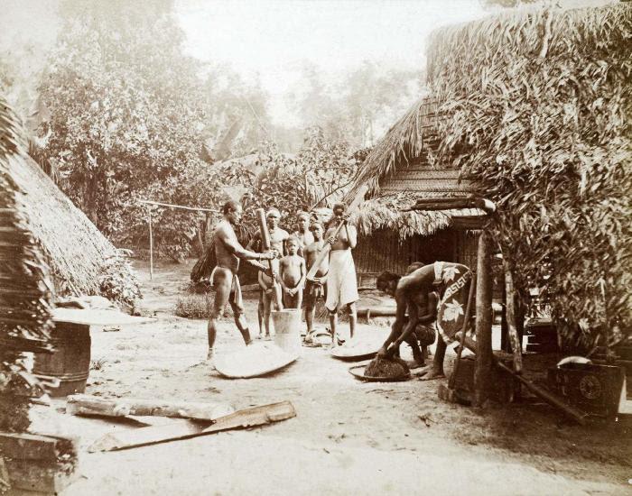 File:Tropenmuseum Royal Tropical Institute Objectnumber 60012335 Het stampen van rijst of cassave in e.jpg