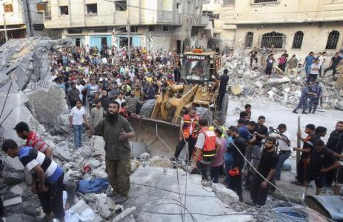 Des secouristes cherchent des survivants dans une maison bombardée par les Israéliens, à Rafah, dans la bande de Gaza, le 11 juillet 2014