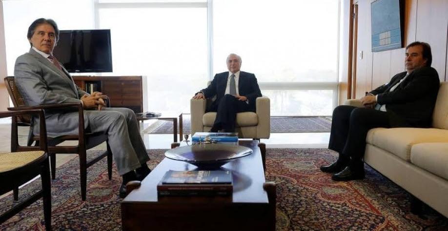 Eunício Oliveira (à dir.), Michel Temer (centro) e Rodrigo Maia (à esq.) em reunião no Palácio do Planalto na última terça-feira (29)