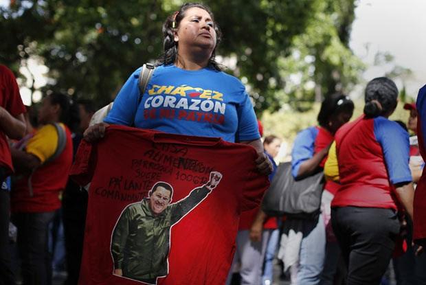 Chavistas mostram apoio ao presidente em praça de Caracas, capital da Venezuela, neste domingo (9) (Foto: AFP)