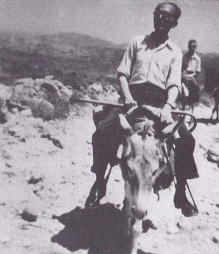 Ο Νίκος Καζαντζάκης στην Κρήτη ως μέλος της Κεντρικής Επιτροπής Διαπιστώσεως των υπό των Γερμανών και Ιταλών. Πίσω του ακολουθούν οι Ι. Θ. Κακριδής και Ι. Καλιτσουνάκης, Ιούλιος 1945.