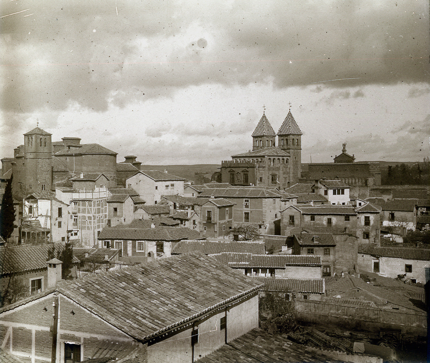 Iglesia de Santiago del Arrabal y Puerta de Bisagra (Toledo) a principios del siglo XX