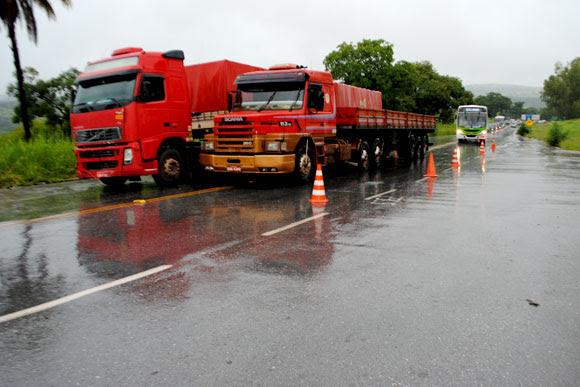 Trânsito está em meia pista até a retirada da carreta / Foto: Marcelo Paiva