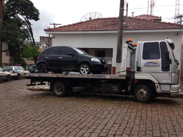 Carro do jornalista foi encontrado em um canavial no bairro Capoava (Foto: Roberta Steganha / G1)