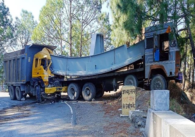 पठानकोट-चम्बा NH पर सड़क किनारे खड़े ट्राले के साथ टकराया टिप्पर
