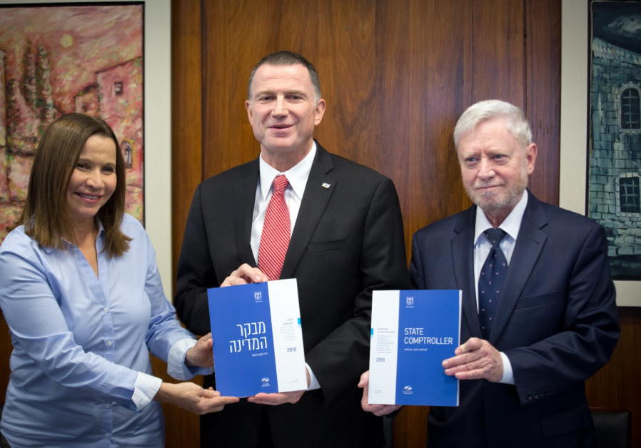 Knesset chairman Yuli Edelstein receiving the 2018 State Comptroller Report (Hillel Meir/TPS)