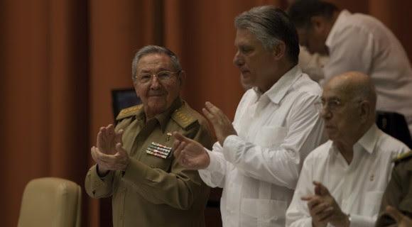 Raúl Castro asiste a la sesión plenaria de la Asamblea Nacional. A su lado, el Primer Vicepresidente, Miguel Díaz Canel (centro), y el Vicepresidente José Ramón Machado Ventura. Foto: Ismael Francisco/ Cubadebate