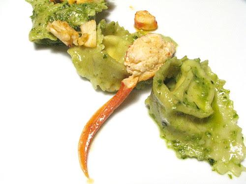 Pasta al pistacchio con ricotta,astice e pesto