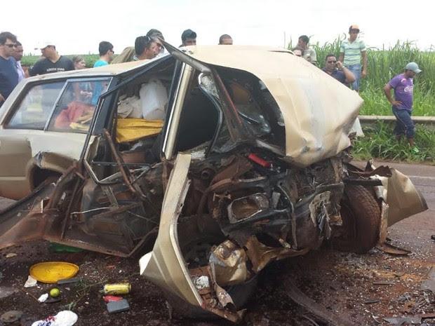 Carro ficou totalmente destruído após a batida. (Foto: André Almenara)