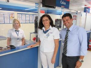 Izabel, Josefa e Diogo, das Casas Bahia, contam que o pagamento em moedas foi literalmente aplaudido (Foto: Karina Trevizan/G1)