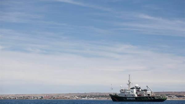 Atlántico. Un buque de Greenpeace recorre el mar argentino a la altura de Puerto Madryn.