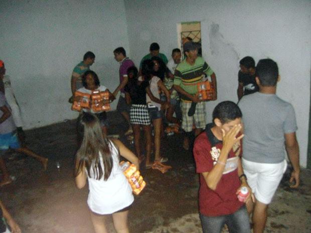 População saqueou bebidas de dentro do clube onde Ricardo Chaves se apresentaria em Caiçara do Norte, no RN (Foto: Diego Souza)