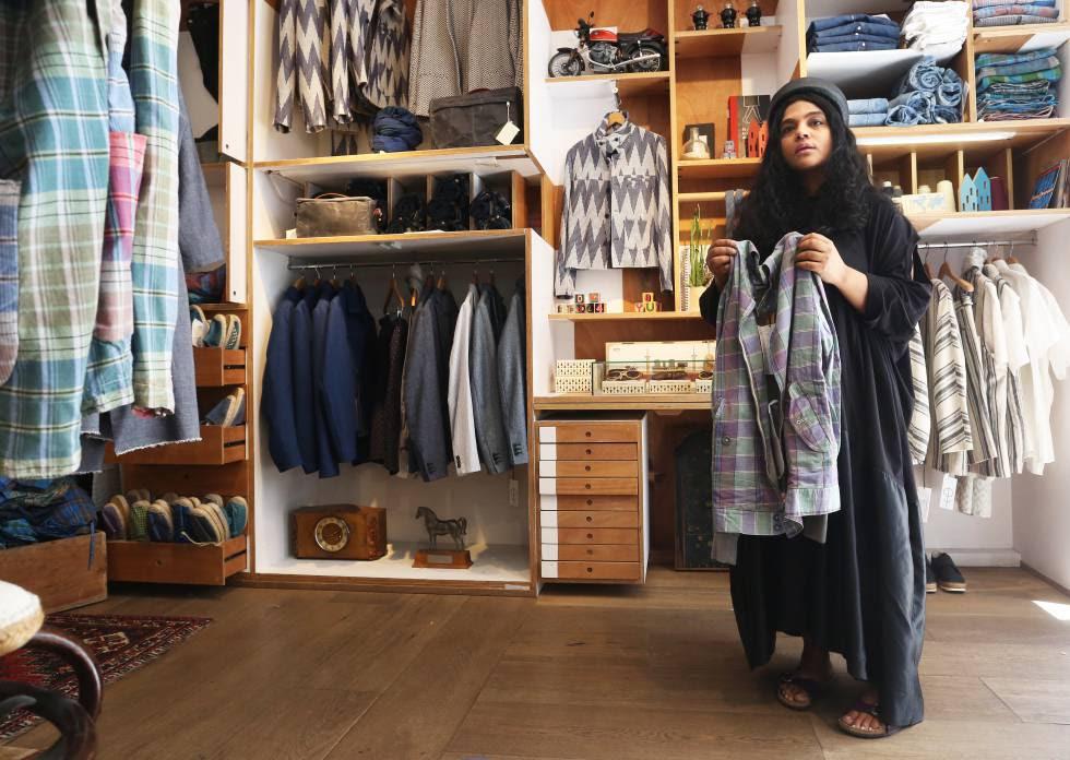 Kavita Parmar muestra una camisa de su colección Madras.