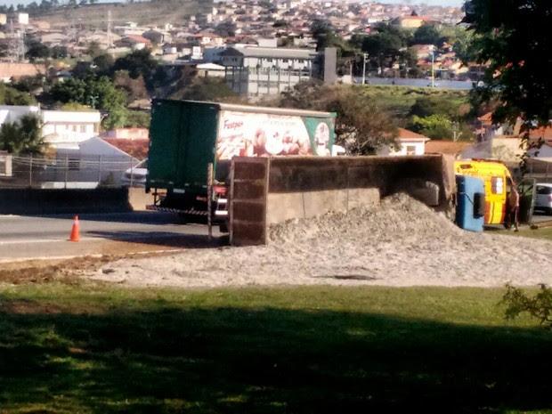 Caminhão carregado de areia tomba na via Dutra em Taubaté (Foto: Marcio Santos/Vanguarda Repórter)