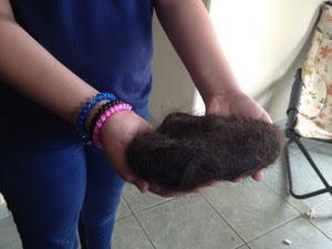 Vítima mostra cabelos cortados pelas suspeitas em colégio de Macapá (Foto: Abinoan Santiago/G1)