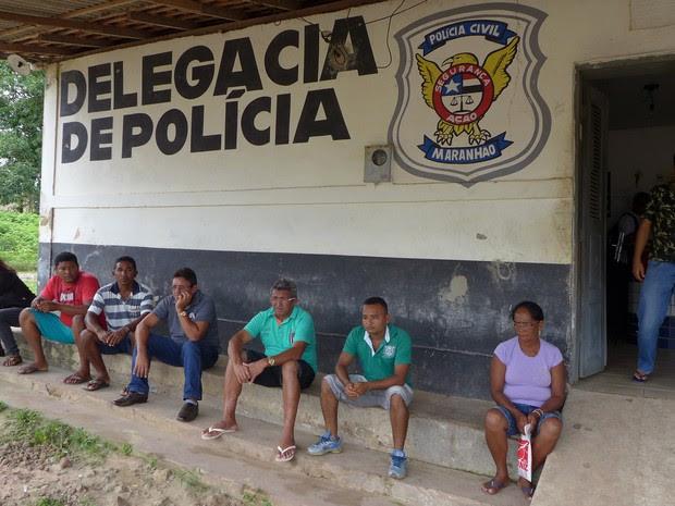 Familiares de vítimas de acidente deporam nesta terça (Foto: César Hipólito/TV Mirante)
