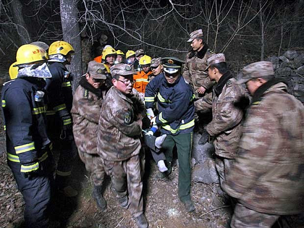 Equipe de resgate resgata um ferido. (Foto: China Daily / Reuters)