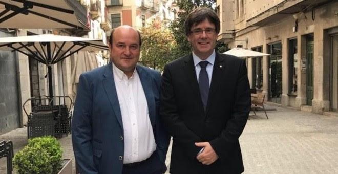 El presidente del PNV, Andoni Ortuzar, con el president de la Generalitat, Carles Puigdemont, posan en su encuentro en Girona. E.P.