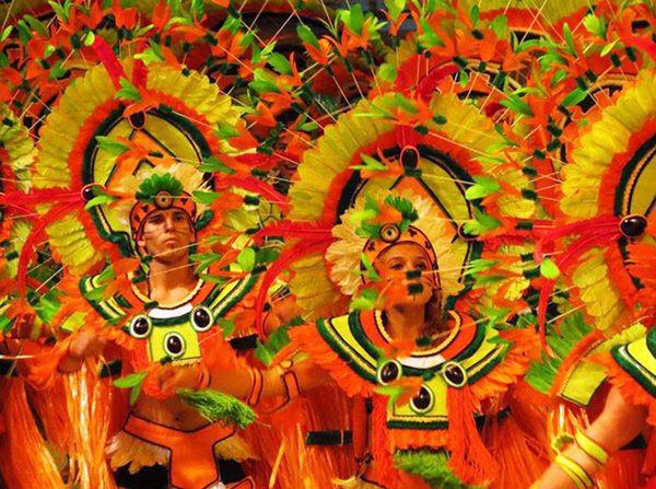 Integrantes do Boi Garantido se apresentando durante o Festival de Parintins