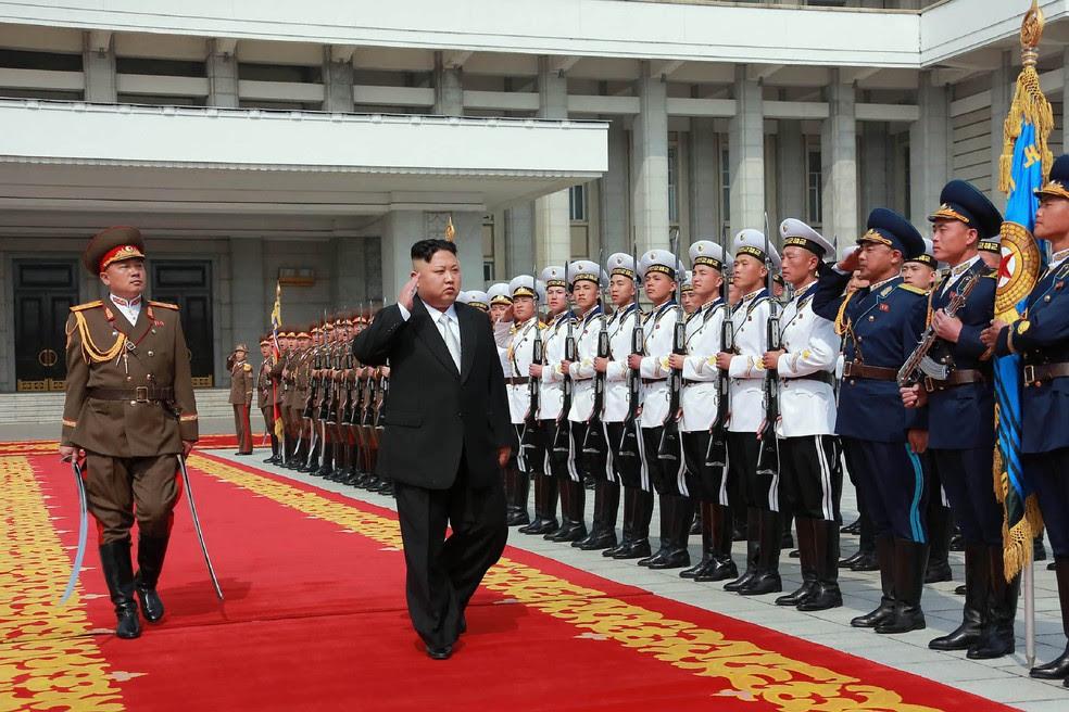 O líder norte-coreano Kim Jong-Un durante desfile militar em Pyongyang (Foto: STR / KCNA VIA KNS / AFP)