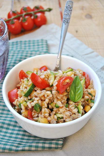 Spelt salad with chickpeas and zucchini