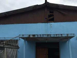 Criminosos invadiram a igreja pelo telhado (Foto: Pastor Otávio Schlender/Arquivo Pessoal)