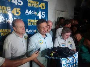 Candidato Aécio Neves (PSDB) falou com jornalistas no aeroporto JK, em Governador Valadares.  (Foto: Diego Souza / G1)