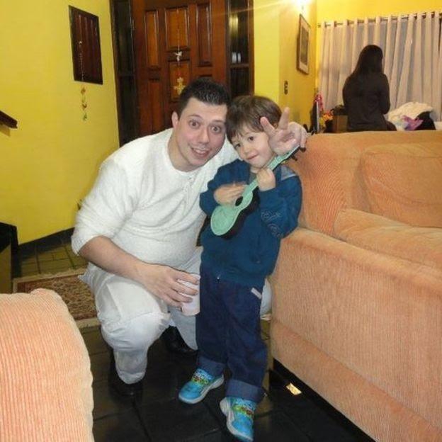 Daniel Galvão com o filho Daniel, numa foto tirada há três anos no Brasil (Foto: Arquivo Pessoal/BBC)