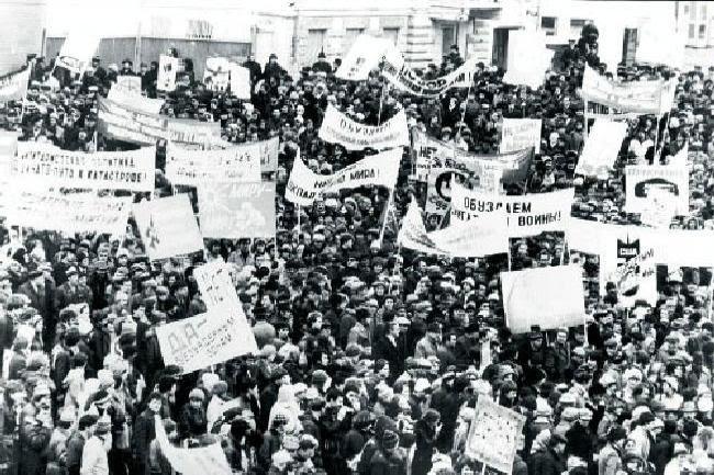 Πολλές φορές το κίνημα ειρήνης υποχρέωσε τις ιμπεριαλιστικές δυνάμεις να ακυρώσουν σχέδιά τους και να περιορίσουν την επιθετική τους πολιτική. Η ΕΣΣΔ «έσερνε το χορό της ειρήνης